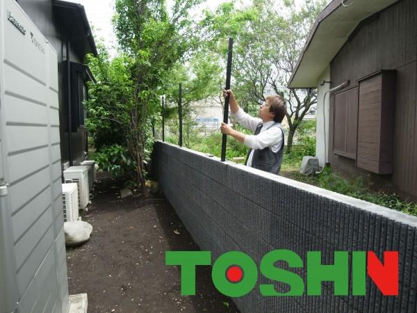 ブロック塀と目隠しフェンスを隣地境界に工事してます