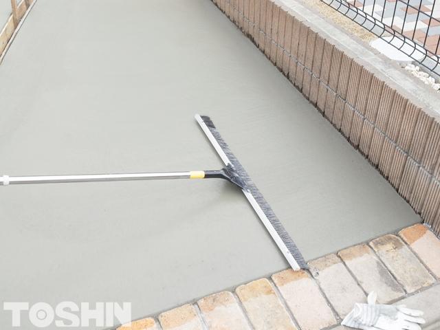 コンクリート刷毛引き仕上げに使う道具 刷毛 相模原市 N様邸