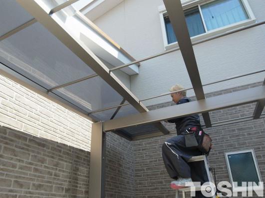 奥行き勾配のカーポート 屋根貼り作業