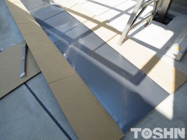 奥行き勾配のカーポート 熱線を吸収する屋根材