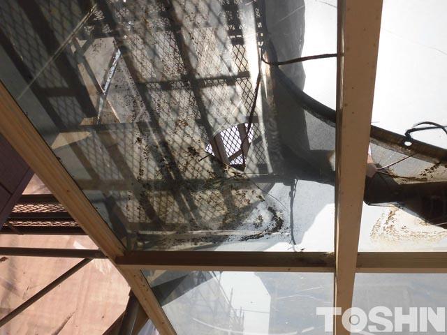 割れたカーポートのアクリル板の屋根材