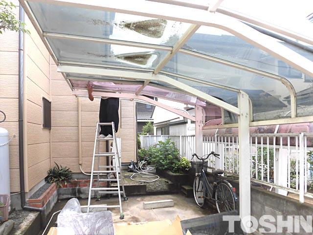 割れたカーポートのアクリル屋根材交換作業