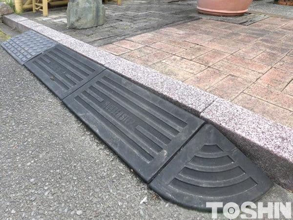 車庫と道路の段差を簡易的に解消するスロープ