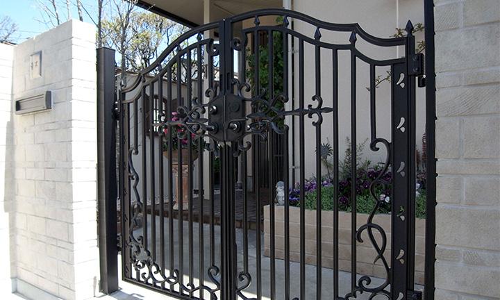相模原市の両開きタイプの門扉