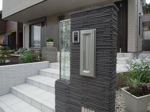 町田市のガラスパネル製の門柱