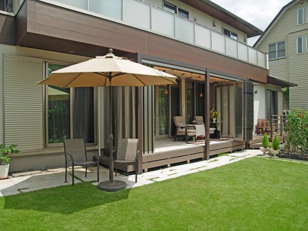 相模原市のインナーデッキ仕様ガーデンルーム設置の外構工事例