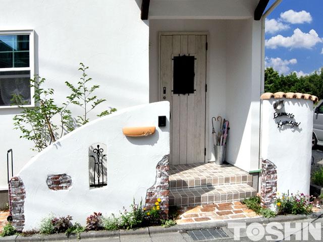白い塗り壁にエイジング加工でプロバンス風門壁