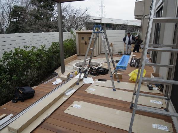 ウッドデッキとおしゃれなテラス屋根