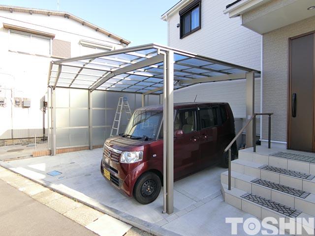 変形の駐車場に現場加工で設置したカーポート
