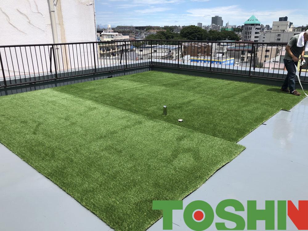 屋上に人工芝