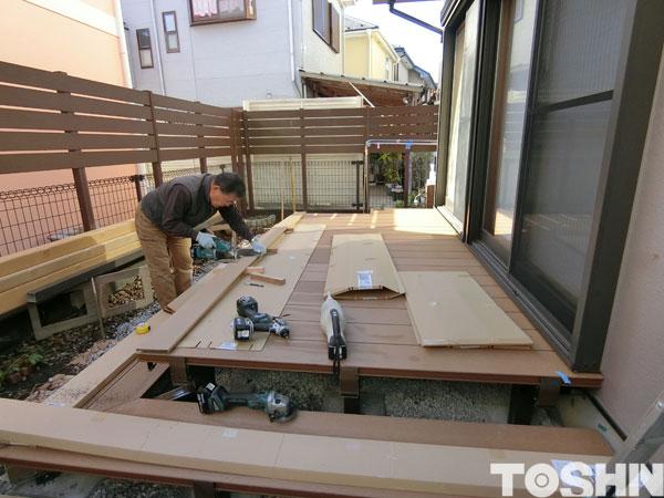 人工木ウッドデッキと木彫のテラス屋根