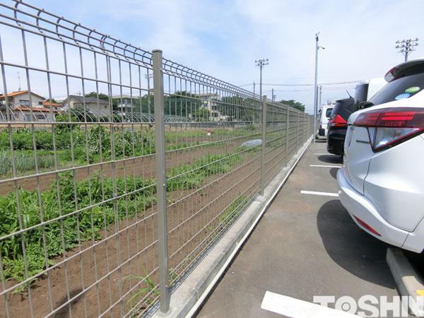 ブロックの上にフェンス
