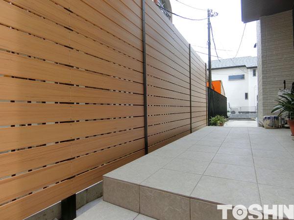玄関の前にめかくしフェンス