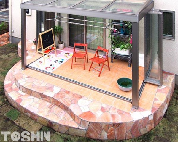 自然石乱形貼りのテラスにガーデンルームを