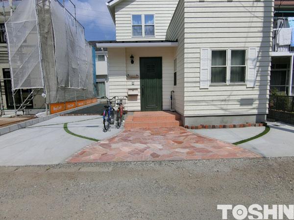 自然石乱形貼りを駐車場アプローチに使用した施工例