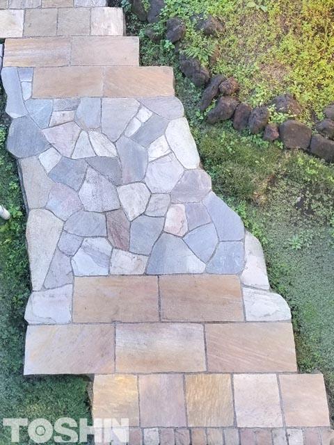 自然石乱形貼りと方形貼りの展示