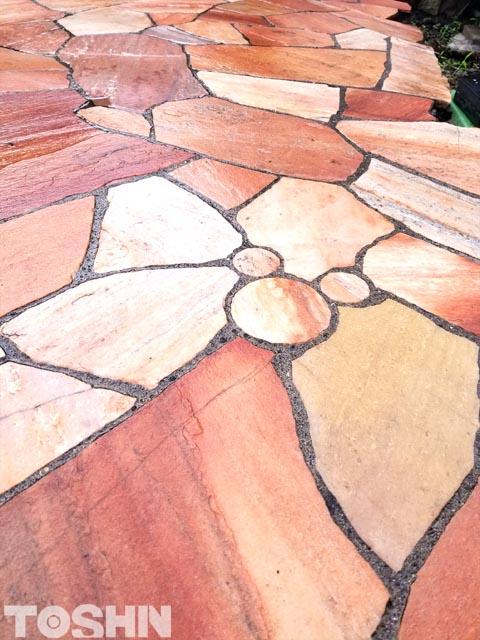 東神ハウス 自然石乱形貼りの中の隠れミッキー